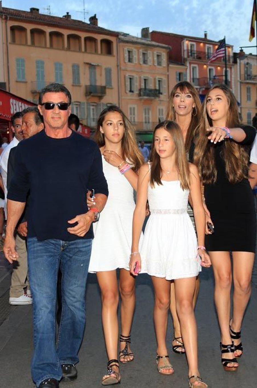 Un an après la disparition de son fils Sage, Sly retrouve le sourire auprès des femmes de sa vie, à Saint-Tropez : Sistine, Scarlet et Sophia, 15, 11 et 16 ans, et leur mère, Jennifer Flavin.