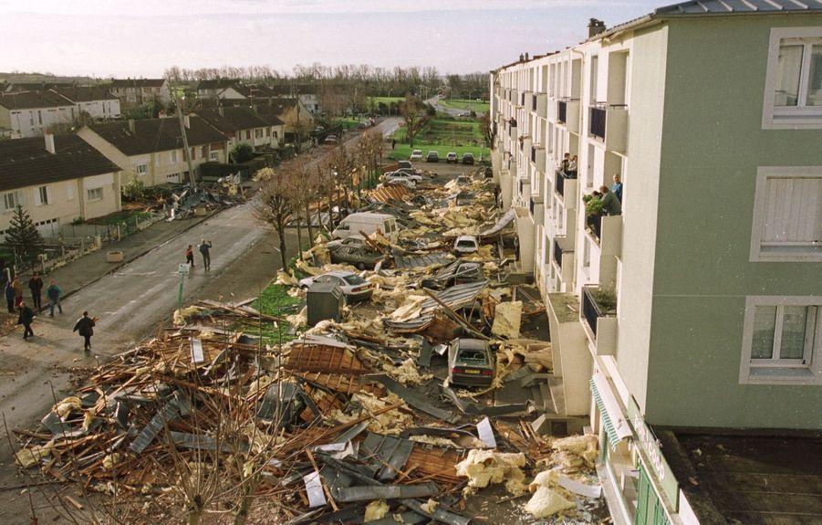 «À Saint-Pierre-sur-Dives, dans le Calvados, une mini-tornade a soufflé dimanche la toiture d'un immeuble. Après le désastre, le parking de la résidence est jonché des décombres.» - Paris Match n°2641, 6 janvier 2000.