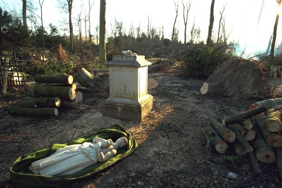 «Meurtre dans les jardins à la française. Déboulonnées, les statues ne chantent plus la légende des siècles : dans le 'petit jardin', où une statue est renversée, c'est un millier d'arbres qui se sont effondrés. Cette partie du parc, la plus raffinée, est la plus proche du château. » - Paris Match n°2641, 6 janvier 2000.