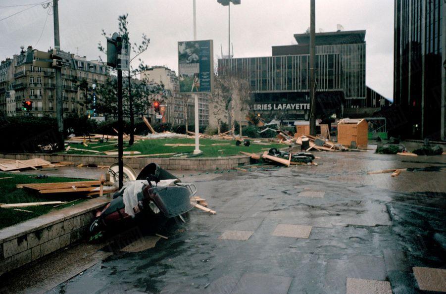 Les dégâts causés par la tempête à Montparnasse, à Paris en décembre 1999.