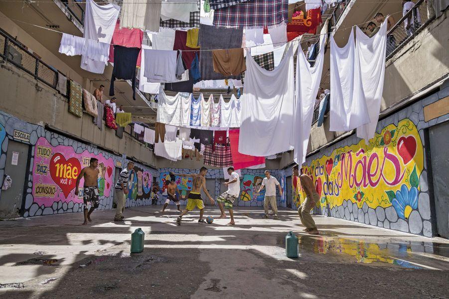 La cour de la prison Adriano-Marrey, près de l'aéroport de Sao Paulo. Ce centre de détention de haute sécurité accueille surtout des trafiquants de drogue. Seules règles facilement acceptées par les détenus, dans cet espace aménagé et décoré où sèche aussi leur linge: celles de la Fifa.