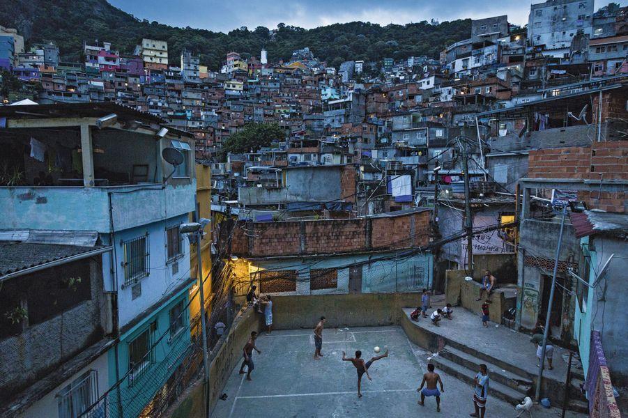 Au cœur de la favela Rocinha, la plus vaste et la plus ancienne de Rio, 130 000 personnes vivent dans une grande promiscuité à flanc de montagne. Ici, les maisons doivent s'appuyer les unes sur les autres. Seuls quelques espaces ont été préservés, pour le foot.