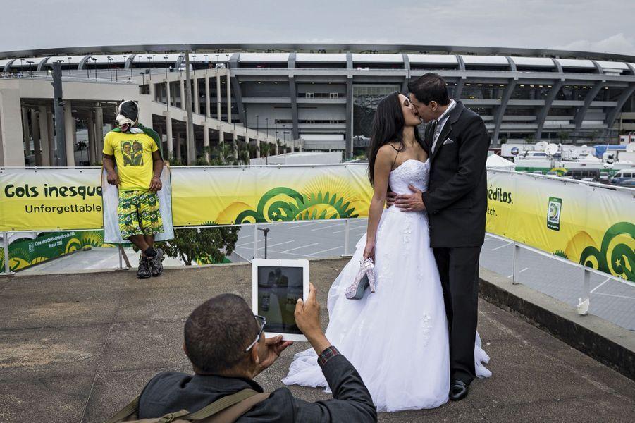 Pour la traditionnelle photo, ce couple de jeunes mariés a choisi le mythique stade Maracana, entièrement restauré pour la Coupe du monde. C'est juste avant le début de la finale de la Coupe des confédérations, le 30 juin 2013: Brésil 3, Espagne 0.