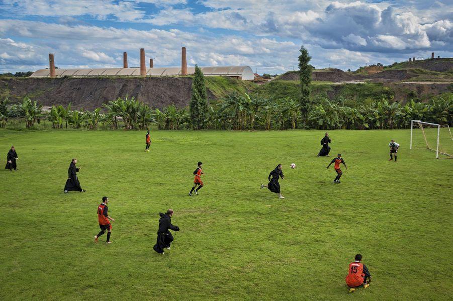 """A Saint-Thomas de Villanova, le séminaire de la ville d'Ourinhos, dans l'Etat de Sao Paulo, le foot fait partie des études. Matchs entre prêtres et séminaristes, mais aussi contre d'autres équipes, religieuses ou non. Saint-Thomas est un des clubs les plus renommés de la région. """"Leurs robes ne les handicapent absolument pas, raconte Christopher Pillitz. Ils ont gagné haut la main!"""""""
