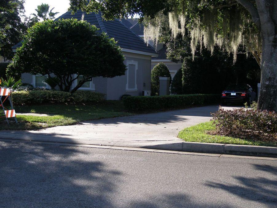 Devant la maison de Tiger Woods et son épouse Elin, àWindermere, en Floride, où a eu lieu l'accident.