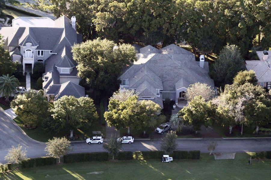« La maison du couple A Windermere, dans le quartier d'Isleworth, Floride. La police municipale est déjà là mais elle n'entrera pas dans la propriété. » - Paris Match n°3159, 3 décembre 2009