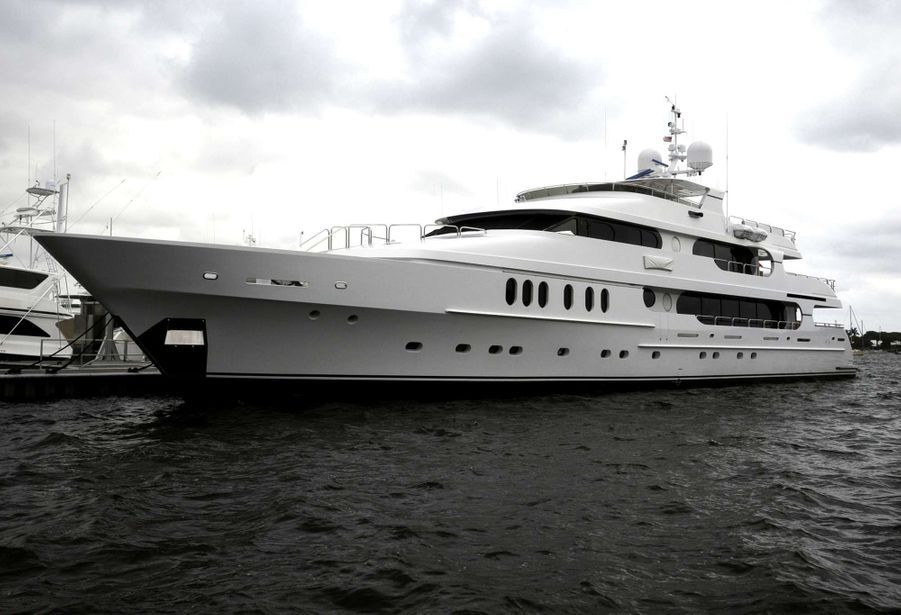 « Le yacht «Privacy» à l'ancre à Old Port Cove Marina, à North Palm Beach en Floride: 1500 mètres carrés aménagé pour 21 passagers. » - Paris Match n°3161, 17 décembre 2009