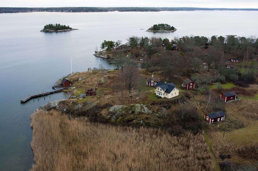 « L'île de Faglaro, au large de Stockholm, où Elin a acheté une propriété pour 1,5 million de dollars le 1er décembre, juste après l'accident. » - Paris Match n°3161, 17 décembre 2009