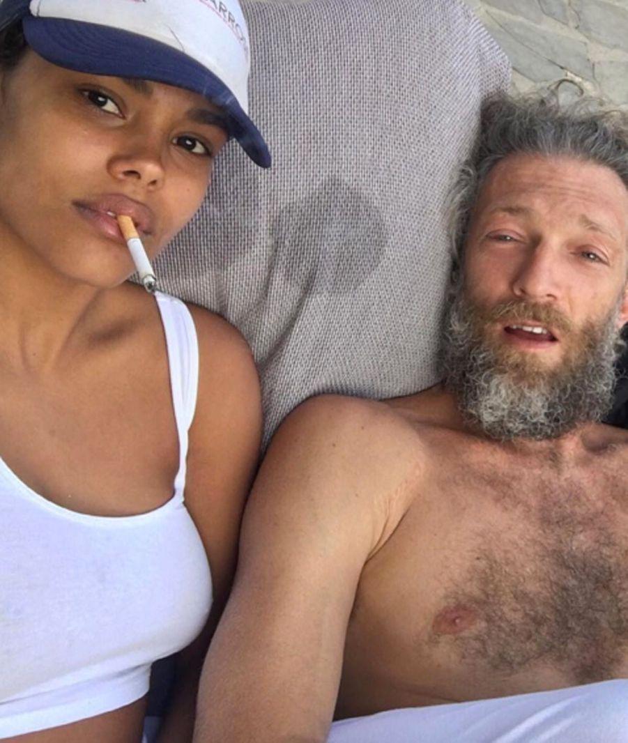 Tina Kunakey et Vincent Cassel à la plage