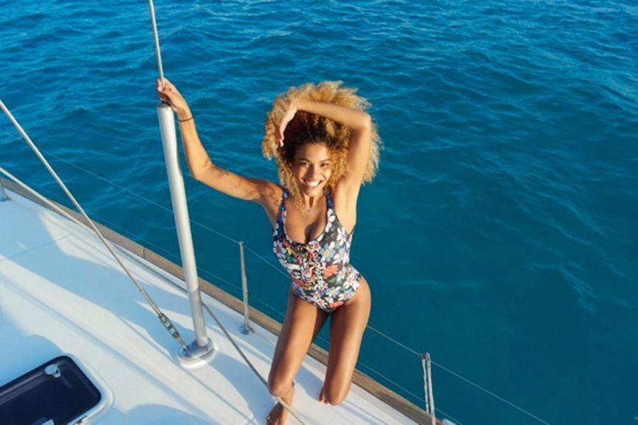 Tina Kunakey sur un bateau