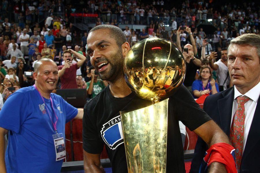 Tony Parker et le trophée NBA à Montpellier