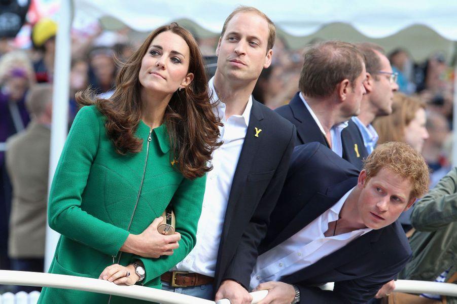 Kate, William et Harry étaient sur tous les fronts ce week-end. Samedi, tous trois ont donné le départ du Tour de France, de passage au Royaume-Uni pour trois jours. A l'arrivée, ils ont participé au podium, l'honneur de remettre le premier maillot jaune de la compétition revenant à Kate. Dimanche, le duc et la duchesse de Cambridge ont fait escale à Wimbledon pour la finale homme et le sacre de NovakDjokovic. Le prince Harry, lui, a preféré la Formule 1 et le Grand Prix de Grande-Bretagne sur le circuit de Silverstone.