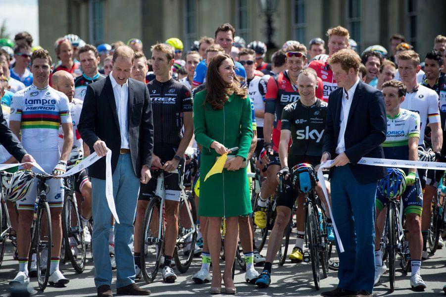 Samedi, Kate et William ont donné le départ de la première étape du Tour de France, reliant Leeds àHarrogate, en compagnie du prince Harry.