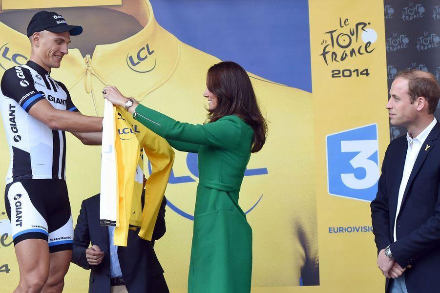 Sous le regard du Prince William, la Duchesse de Cambridge remet le premier maillot jaune de la Grande Boucle. C'est l'Allemand Marcel Kittel qui a cet honneur.