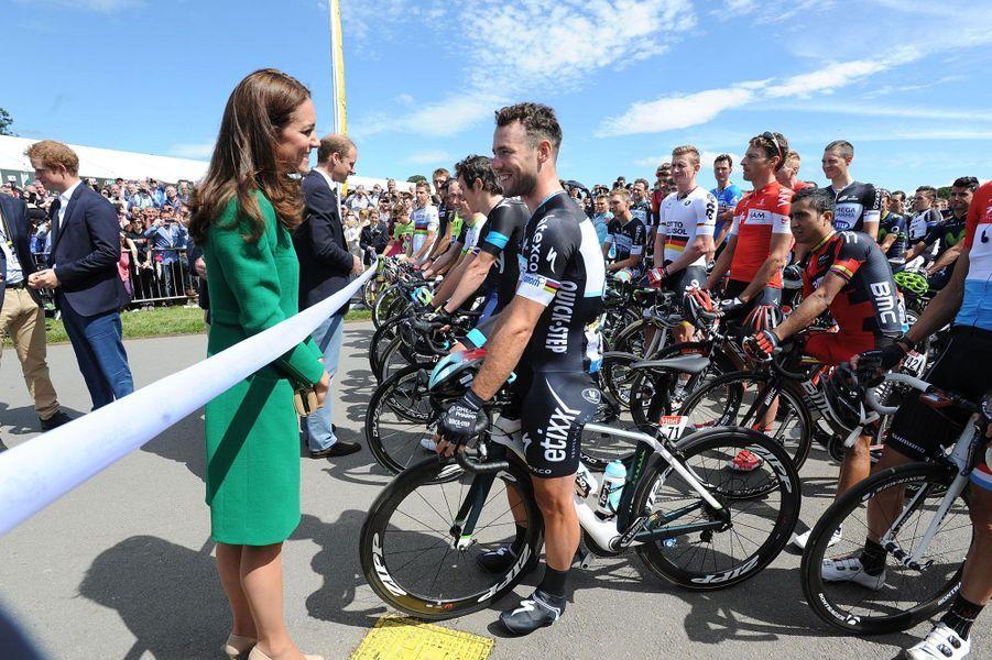 Kate salue Mark Cavendish, le régional de l'étape. Le coureur abandonnera dès dimanche à cause d'une mauvaise chute, samedi près de l'arrivée à Harrogate