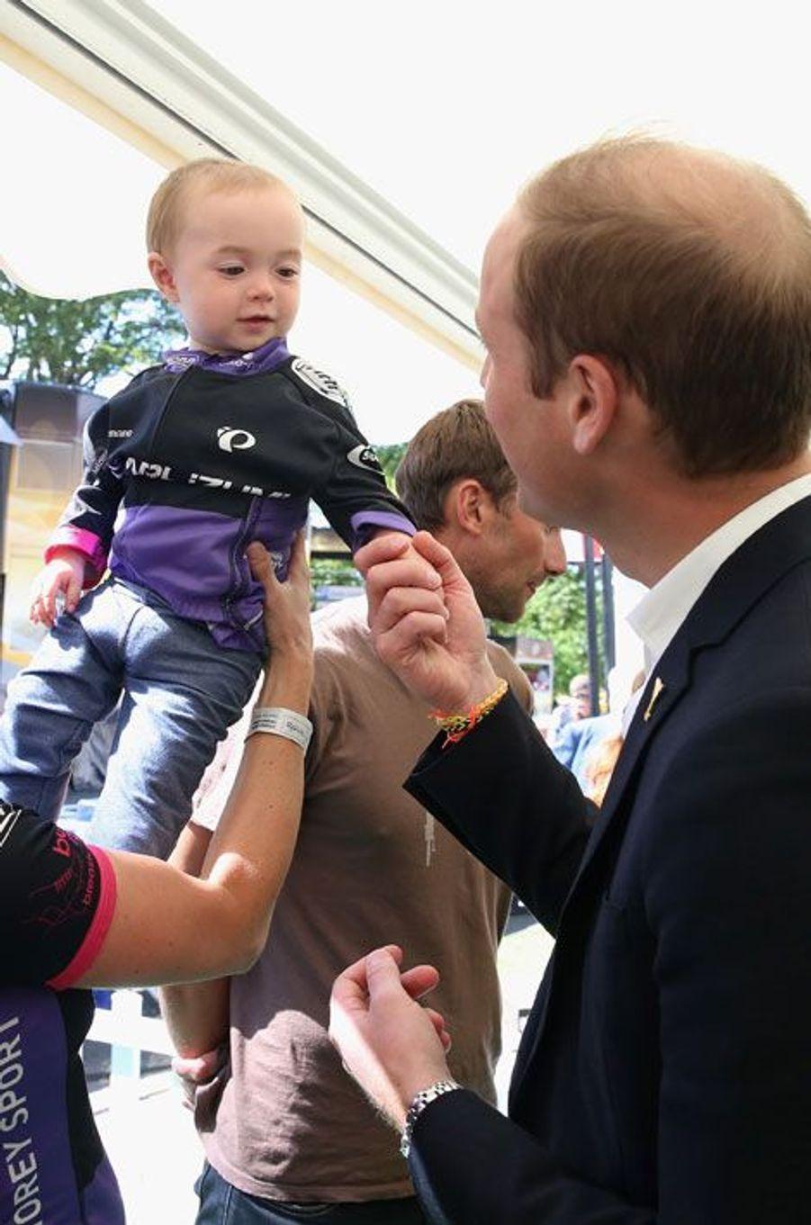 Près de la ligne d'arrivée à Harrogate, William fait connaissance avec Louise, la fille de la championne paralympique Sarah Storey.