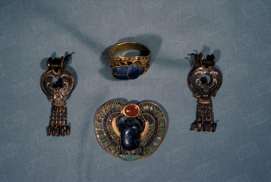 """""""Toutânkhamon et son temps"""" au Petit Palais en 1967 : Les bijoux en or et lapis-lazuli qui étaient disposés sur la momie, dans le tombeau du Pharaon."""