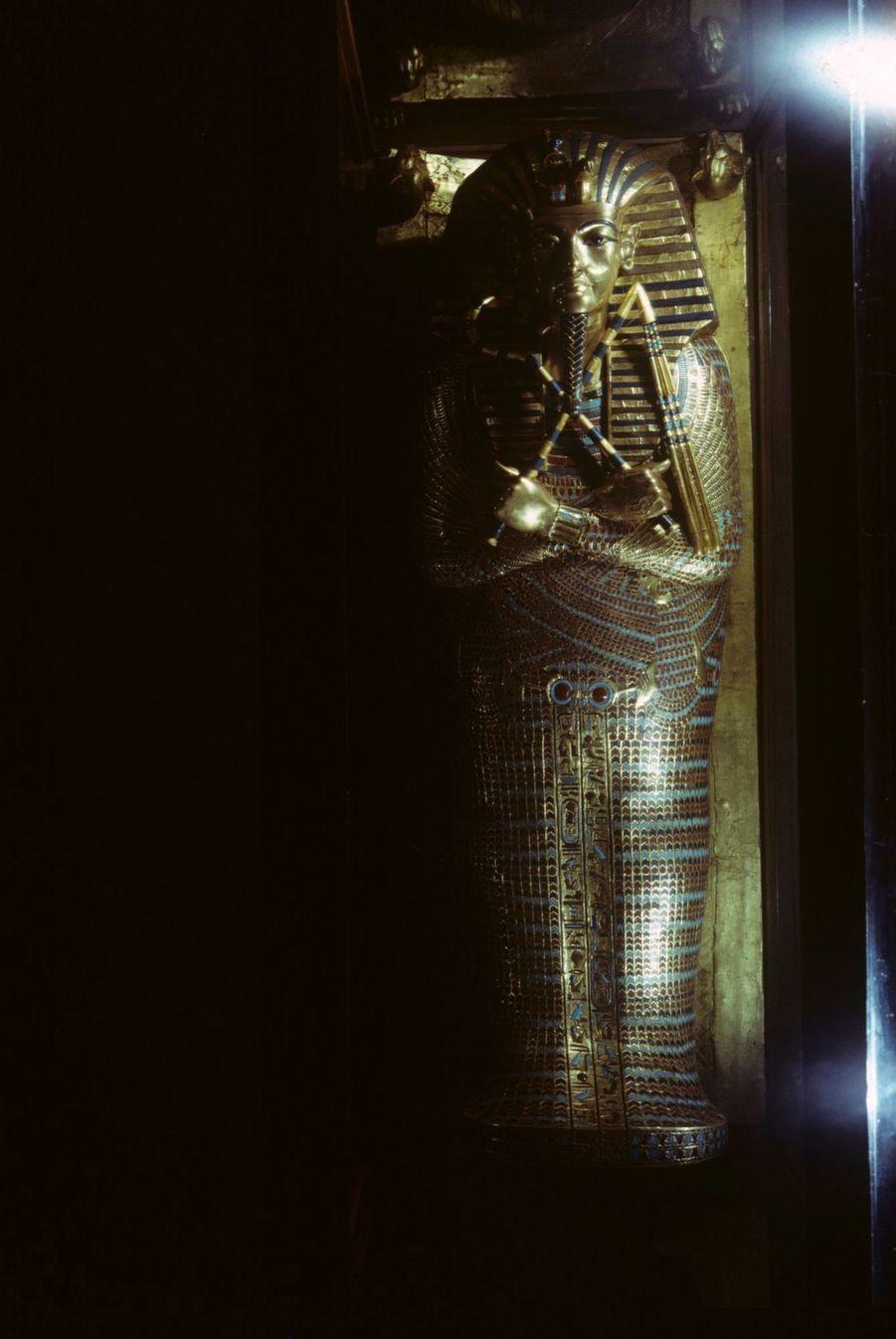 """""""Toutânkhamon et son temps"""" au Petit Palais en 1967 :Le deuxième sarcophage du Pharaon, en bois incrusté d'or et de pierres."""