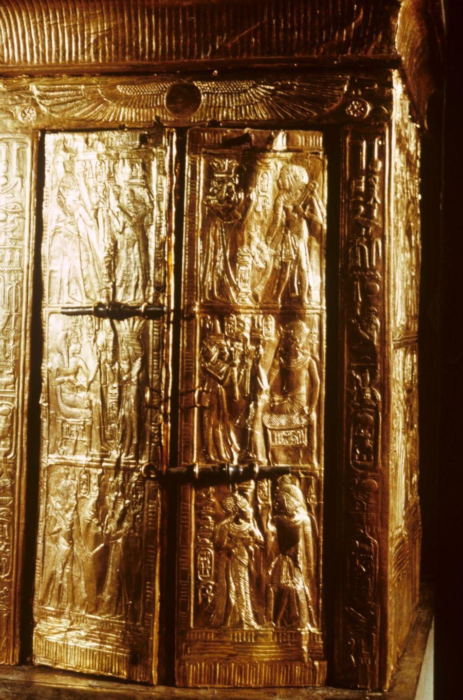 """""""Toutânkhamon et son temps"""" au Petit Palais en 1967 :Cet habitacle plaqué d'or devait contenir deux statues en or massif du Pharaon et de de sa femme représentés sur les portes."""