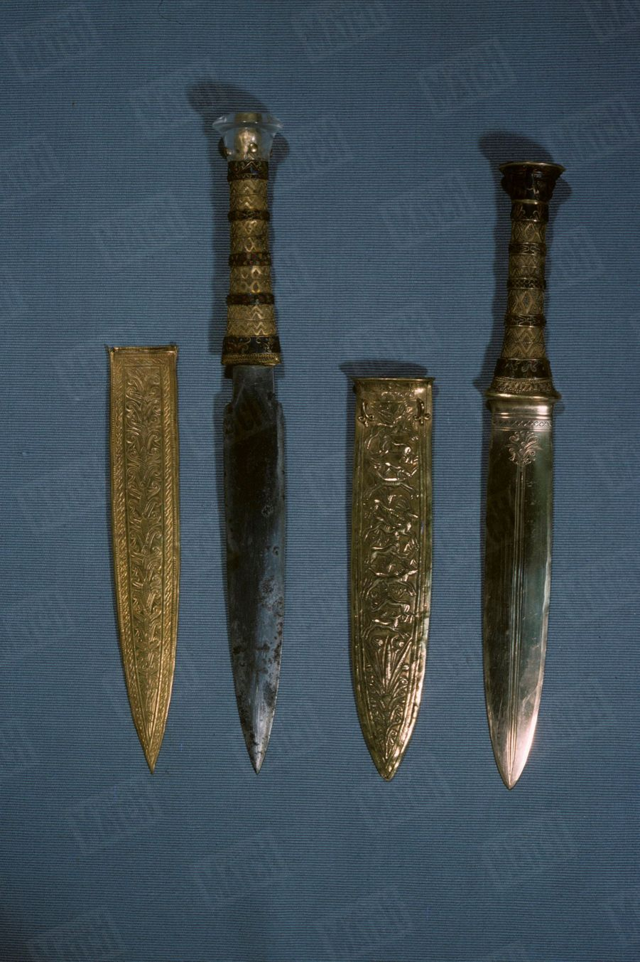 """""""Toutânkhamon et son temps"""" au Petit Palais en 1967 :Les dagues du Pharaon : l'une d'elles est en fer, métal alors plus rare que l'or."""