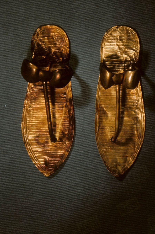 """""""Toutânkhamon et son temps"""" au Petit Palais en 1967 :Les sandales du Pharaon, il y en avait trois paires dans le tombeau."""