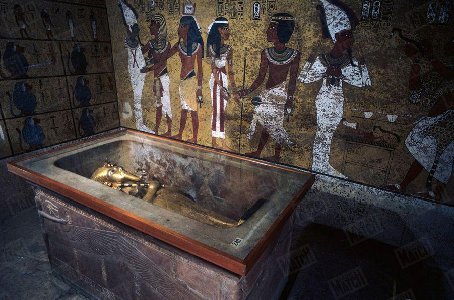 """""""Toutânkhamon et son temps"""" au Petit Palais en 1967 :La cuve renfermait trois sarcophages emboités. Le Premier sarcophage en bois doré."""