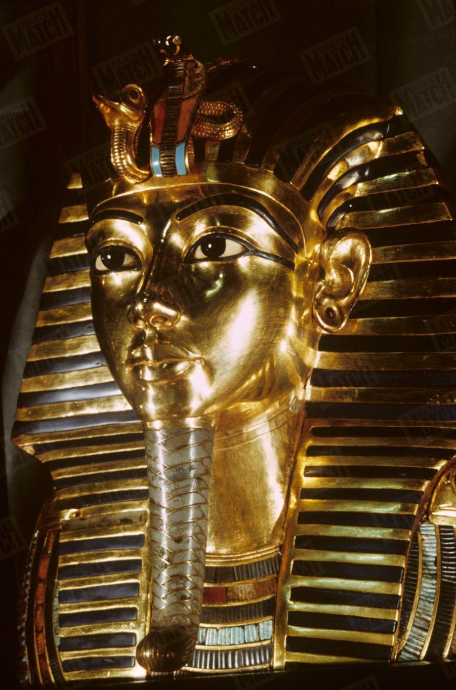 """""""Toutânkhamon et son temps"""" au Petit Palais en 1967 :Le masque funéraire du Pharaon en or."""