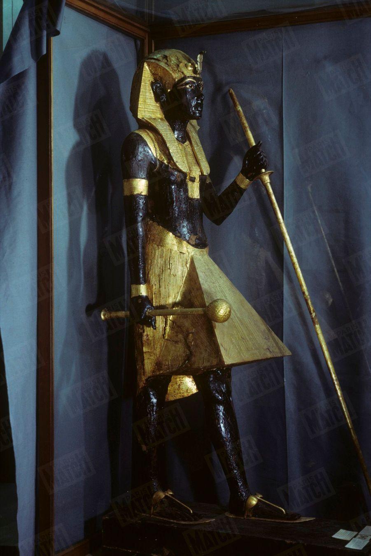 """""""Toutânkhamon et son temps"""" au Petit Palais en 1967 :L'un des deux gardiens de bois du tombeau."""