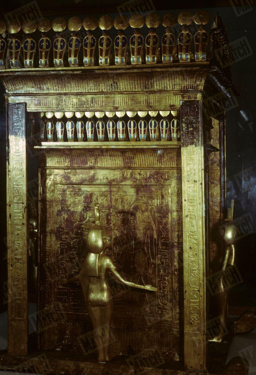 """""""Toutânkhamon et son temps"""" au Petit Palais en 1967 :Cet habitacle plaqué d'or devait contenir deux statues en or massif du roi et de de sa femme représentés sur les portes."""