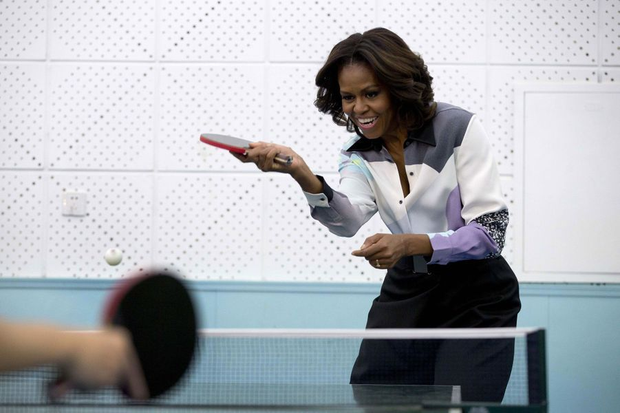 Michelle Obama joue au tennis de table à l'Ecole Normale de Pékin.