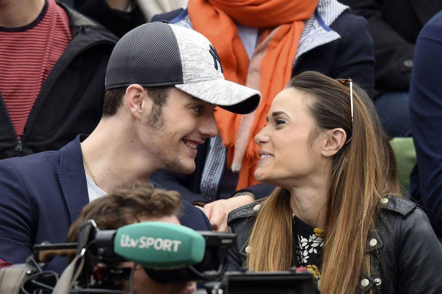 Louis Sarkozy et Capucine Anav complices à Roland-Garros