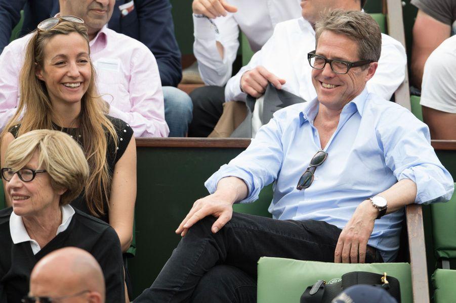Hugh Grant aux côtés de sa compagne Anna Eberstein à Roland-Garros 2016
