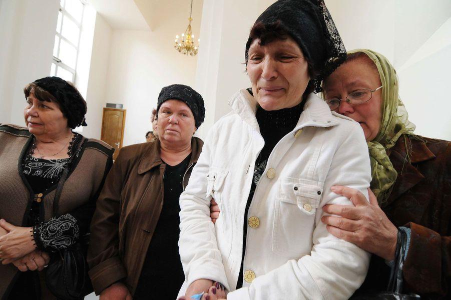 Aleksandrovka peine à calmer sa douleur. Trois hommes originaires de ce petit village ukrainien de la région de Donetsk ont été tués dans des circonstances encore floues. Ils ont été abattus lors d'une fusillade à un point de contrôle à proximité de la commune. La Russie et Kiev se renvoient la responsabilité de leur mort. Dans cette région, les rapports entre pro-russes et ukrainiens se tendent de jour en jour. Pendant ce temps, familles et riverains ont enterré les trois défunts, lors d'une cérémonie déchirante à l'église principale de Slavyansk.