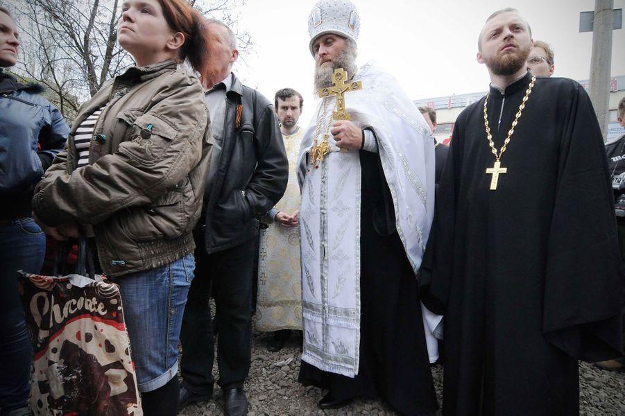 Le responsable de l'église de Slavyansk assiste aux obsèques des trois défunts.
