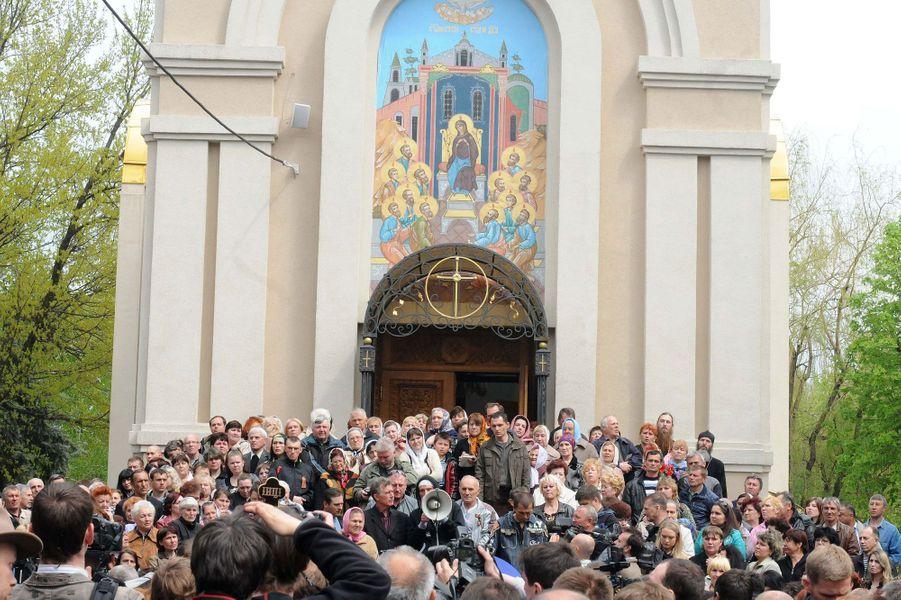 La foule masse devant l'église principale de Slavyansk.