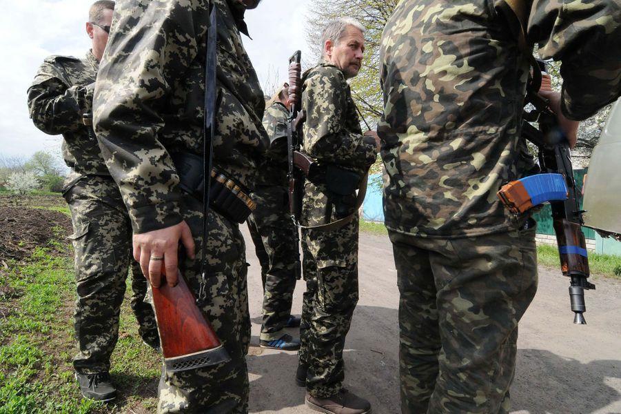 Des séparatistes armés assistent à l'enterrement des trois hommes.