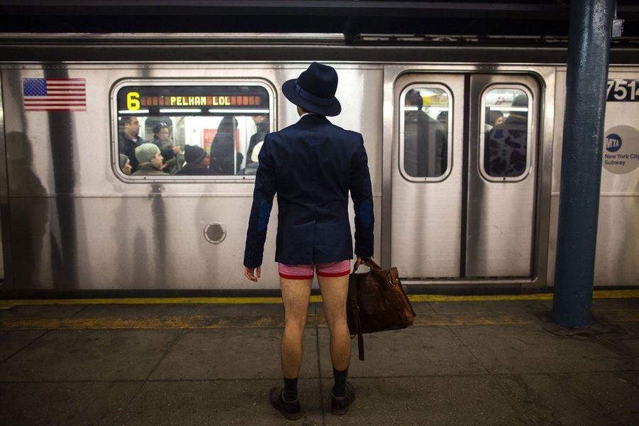 Décalé ou loufoque, chacun choisira. Ce dimanche était organisé dans plusieurs grandes villes à travers le monde, le «No Pants Subway ride», la journée sans pantalon dans le métro. A New-York (comme sur la photo), Berlin, Madrid, Vienne, Varsovie, Kiev ou encore Mexico, les participants avait enfilé leurs bonnets, écharpes et manteaux, seuls leurs pantalons manquaient à l'appel. Si à New York, l'événement existe depuis 2002, Paris n'en est qu'à sa deuxième édition. Le rendez-vous ce dimanche était donné à la station Charles de Gaulle-Etoile . Quelques dizaines de voyageurs à demi-vêtus ont donc pris le métro parmi les touristes comme si de rien n'était ou presque.