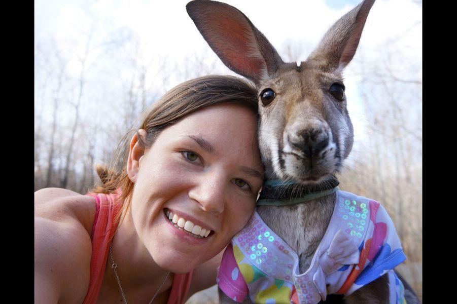 La Texane Julia a adoptéBoomeroo le kangourou alors qu'il n'avait que trois semaines. Elle s'en occupe avec beaucoup d'attention, et l'animal a été domestiqué au point d'accepter de porter -parfois- des vêtements.