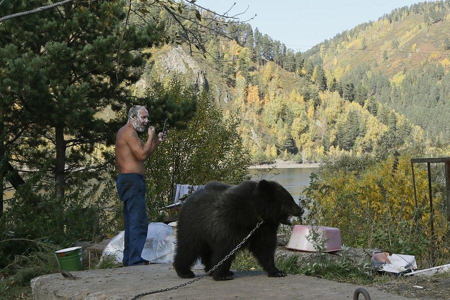Alexander Kharatokin vit avec Masha, son ours de 9 mois, àKrasnoyarsk, en Sibérie. L'homme a secouru l'ourson orphelin au printemps dernier et compte bien le garder.Retrouvez tous nos diaporamas Environnement et sciences.