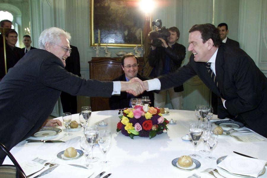 2001 : Lionel Jospin et Gerhard Schröder se serrent la main devant le premier secrétaire
