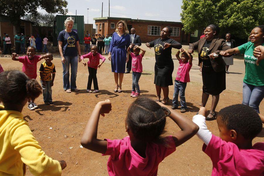 Valérie Trierweiler complice avec les enfants sud-africains