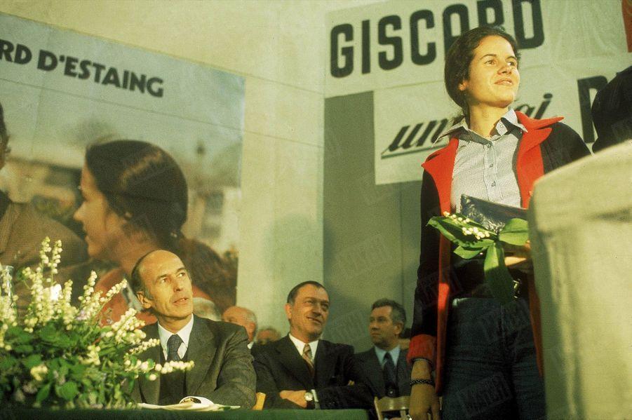 Valéry Giscard d'Estaing regardant sa fille Valérie-Anne lors d'un meeting pour sa campagne présidentielle, en avril 1974.