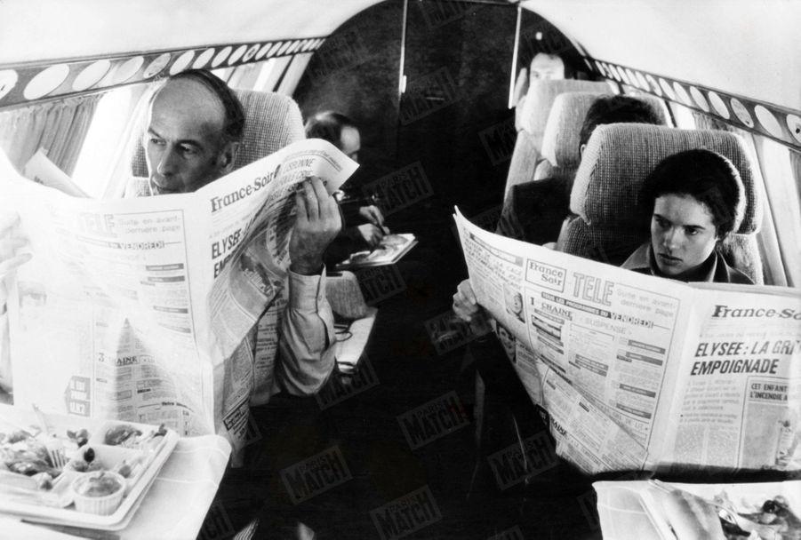 Valéry Giscard d'Estaing avec sa fille Valérie-Anne en avion lors de sa campagne présidentielle, en mai 1974.