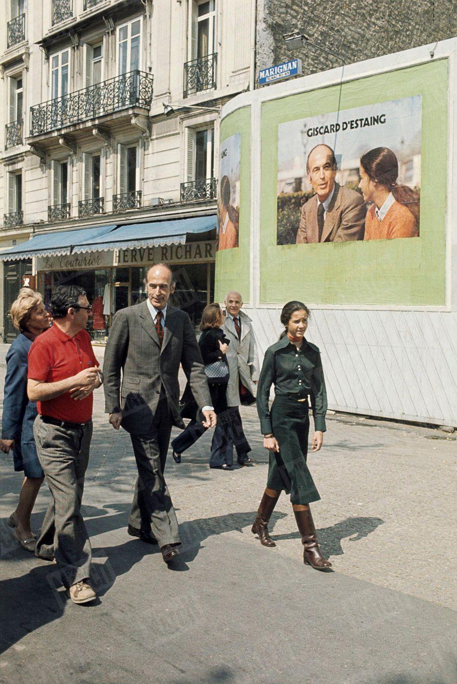 Valéry Giscard d'Estaing avec sa fille Jacinte lors de sa campagne présidentielle, en avril 1974. Le père et sa fille apparaissent ensemble sur l'affiche derrière eux.