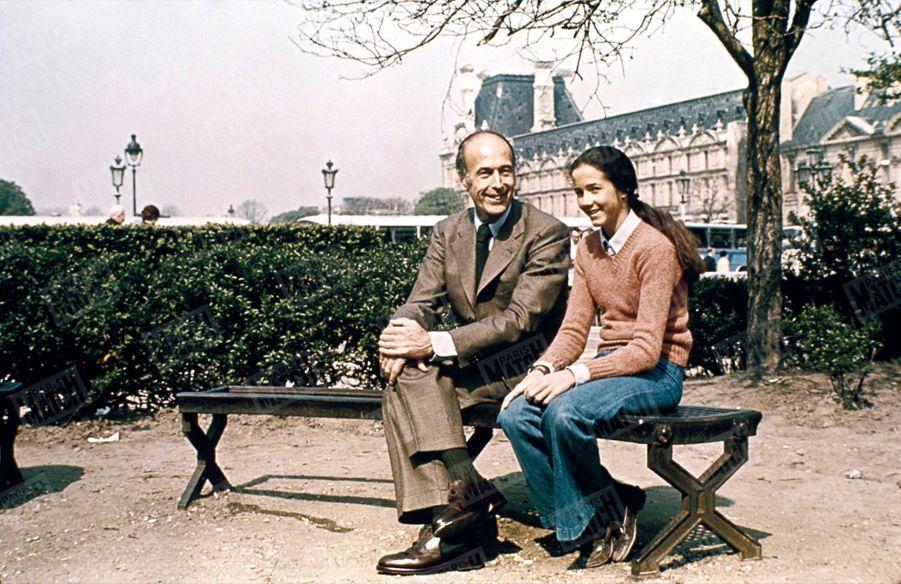 Valéry Giscard d'Estaing avec sa fille Jacinte sur un banc du Jardin du Carrousel, au Louvre, en avril 1974. Une photo de cette même série sera utilisée par le candidat pour sa campagne présidentielle.