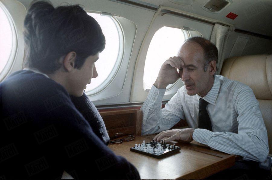 Valéry Giscard d'Estaing joue aux échecs avec l'un de ses fils, en avion lors de sa campagne présidentielle, en mai 1974.