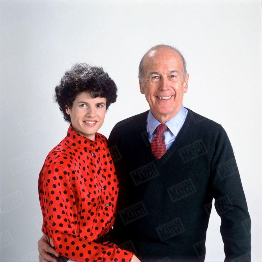 """Valéry Giscard d'Estaing avec sa fille Valérie-Anne qu'il a choisie pour éditer son livre, """"Le pouvoir et la vie"""", en février 1988."""