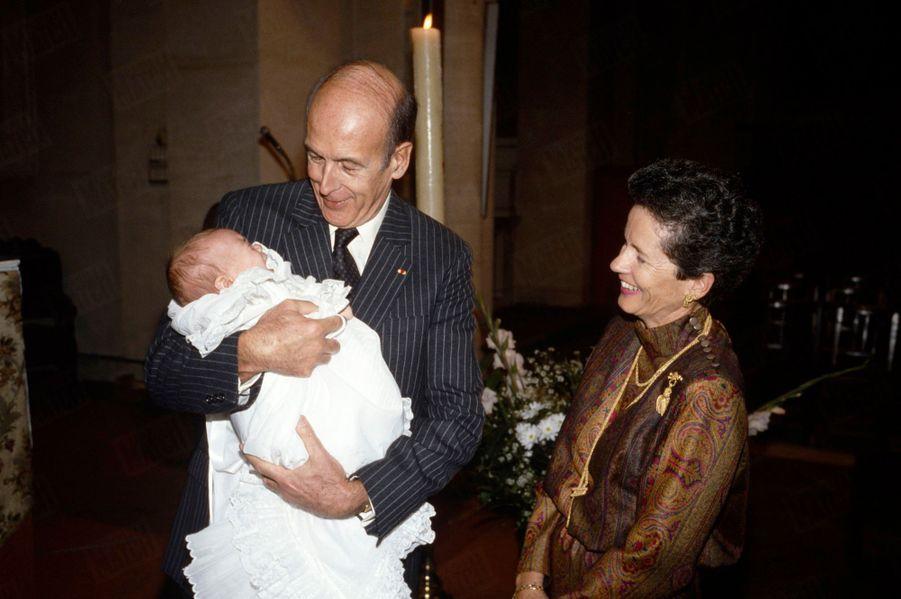 Valéry Giscard d'Estaing et son épouse Anne-Aymone au baptême de leur petit-fils Frédéric, fils d'Henri, en l'église Notre-Dame-des-Champs à Paris, en octobre 1986.