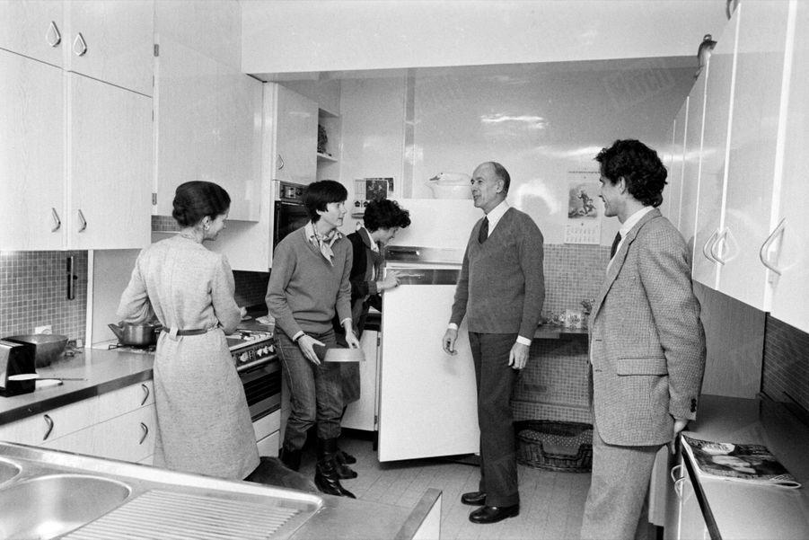 Valéry Giscard d'Estaing en famille, dans la cuisine de leur appartement du XVIème arrondissement de Paris, en mars 1981.