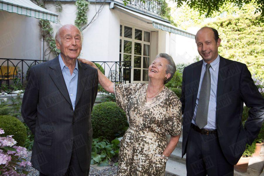 Valéry Giscard d'Estaing et son épouse Anne-Aymone avec leur fils Louis, à Paris, en juin 2014.